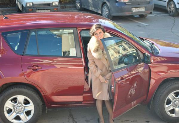 Фото девушки за рулем раф 4